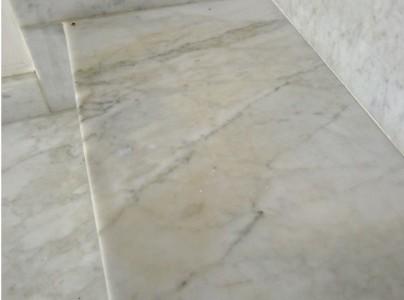 pipi sul marmo